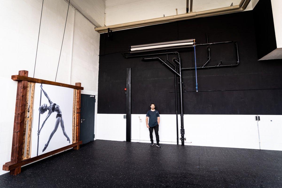 Fotostudio mit hoher Decke und schwarzer Wand