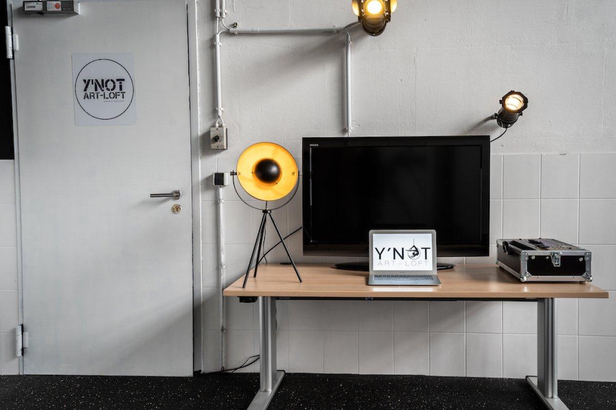 Tisch mit Lampe, TV und Laptop im Studio