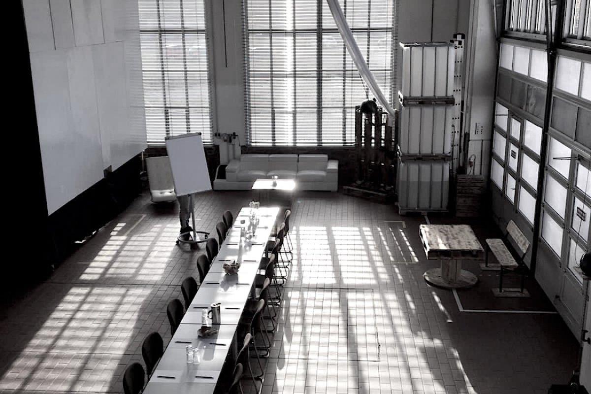 Blick auf Studio von oben mit Tisch Set up für Meeting