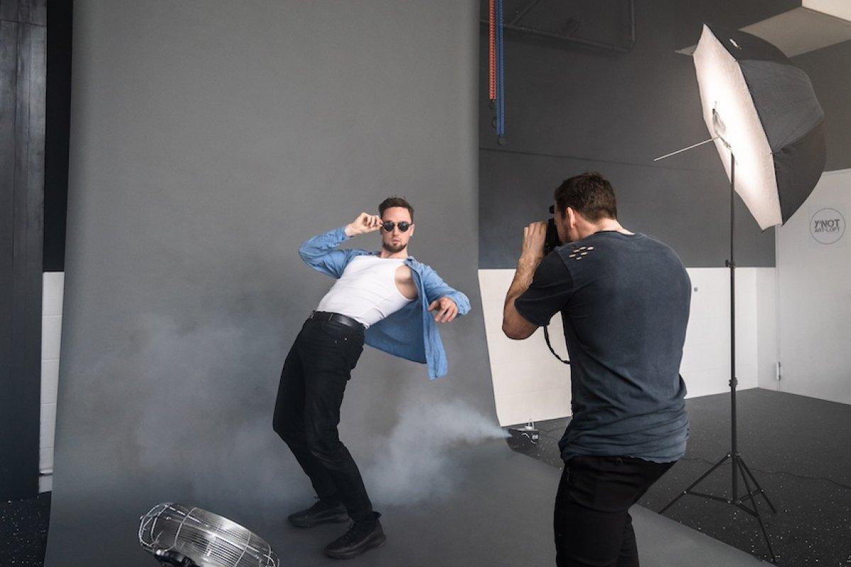 Fotograf und Model im Fotostudio Set up